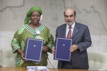 Coordenadora-geral da Via Campesina, Elizabeth Mpofu, e o diretor-geral da FAO, José Graziano da Silva. Foto: FAO