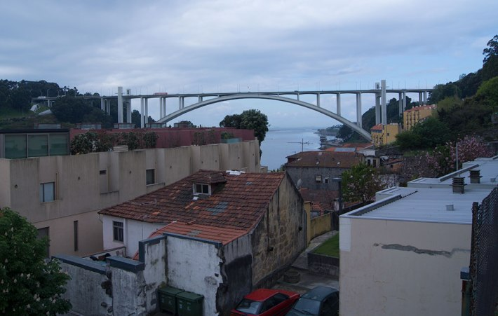 Vista da rua do Bicalho e da Ponte da Arrábida