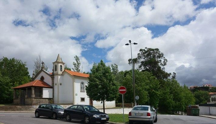Capela de Nossa Senhora da Ajuda - ao fundo e em cima, a capela de Santa Catarina