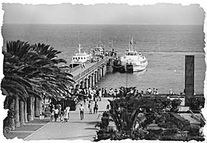 Porto Santo, no cais da Vila Baleira, o PIRATA (à esquerda) e o Alizur Amarillo (barco igual ao Independência) A coluna (monumento) à direita, é o vulgarmente chamado Pau de Sabão Foto Internet