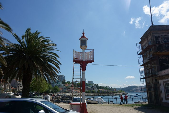 Este é o Farolim da Cantareira, e lá em cima, junto às torres, deveria estar o das Sobreiras.  À direita, o Farolim de São Miguel o Anjo (em obras de restauro)