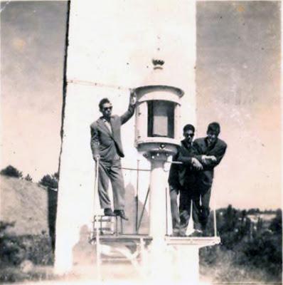 Foto (internet) do Farolim das Três Orelhas, como era antes do o destruirem. Por trás do farolim, vê-se o muro de alvenaria de granito