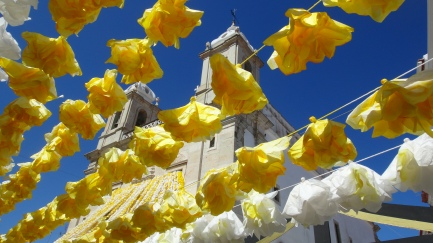 Vista entre guirnaldas de flores de la Igreja de S. João