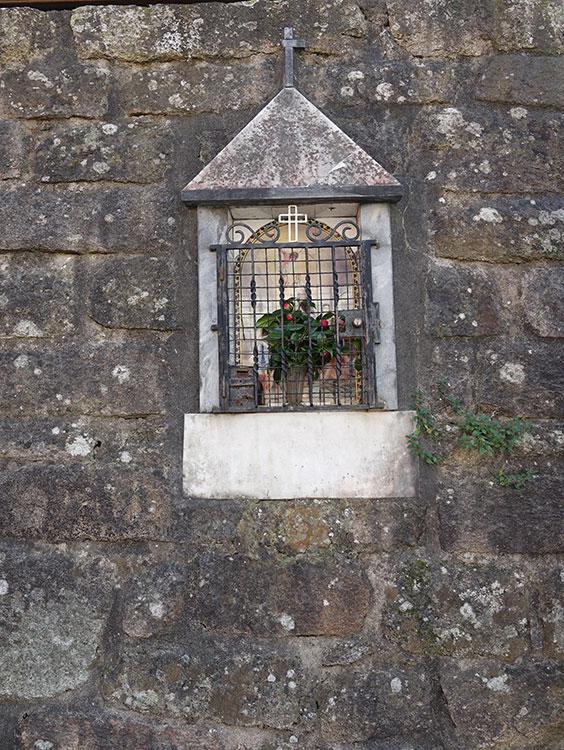 SENHOR DO CALVÁRIO No muro em frente ao Largo e Rua do Lagarteiro